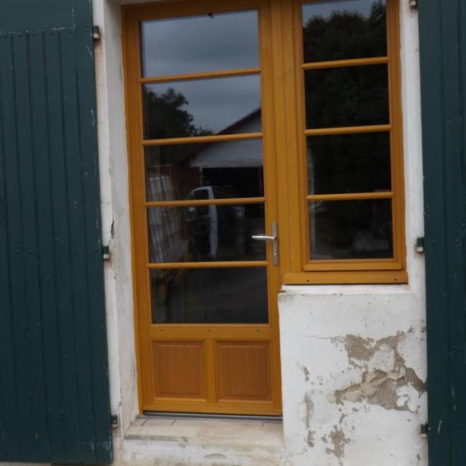 Ensemble composé porte d'entrée et fenêtre sur Oeyregaves