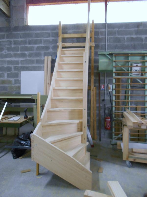 Montage et ajustage escalier en pin en atelier Absolu Bois
