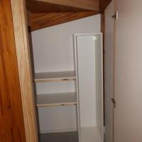 Agencement sous escalier  en bois et panneaux blanc