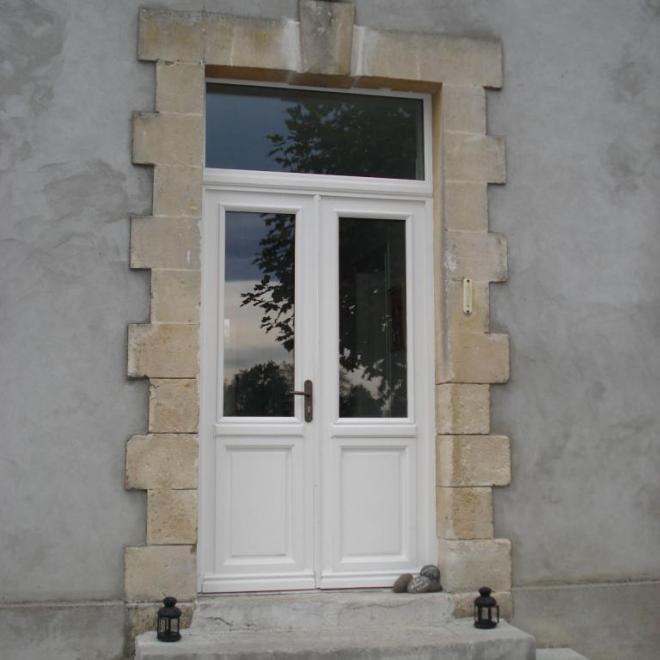 Porte en chêne avec imposte et finition blanche