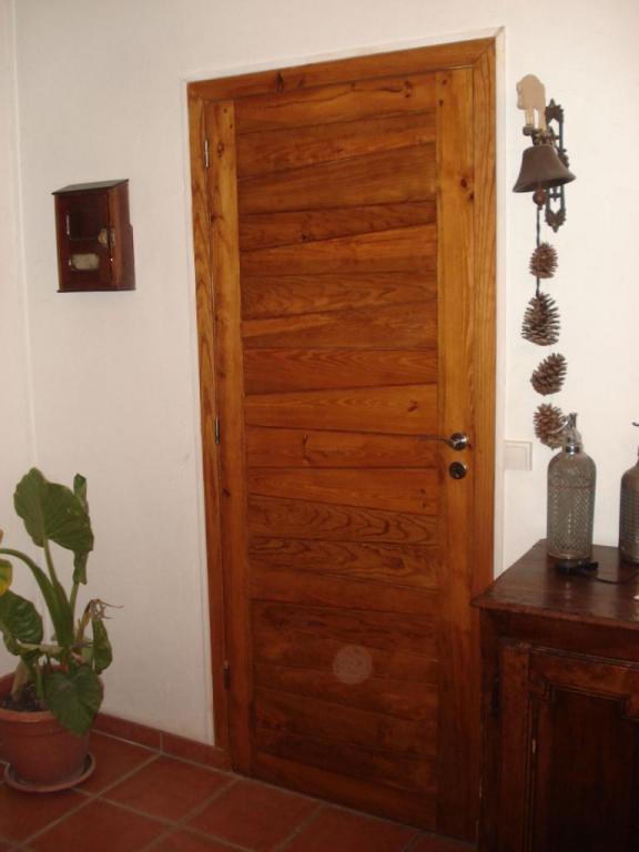 porte en pin teintée vernie chêne miel sur Dax
