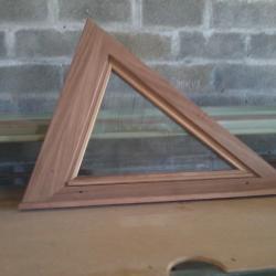 Fabrication fenêtre en iroko triangulaire