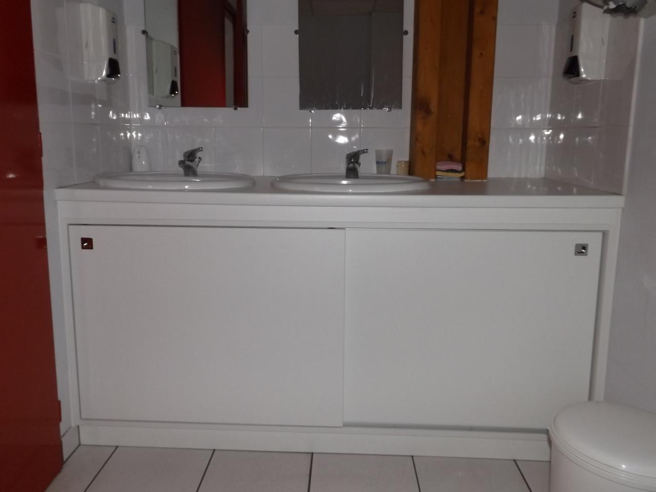 Agencement d'un meuble coulissant sous plan vasque Absolu Bois