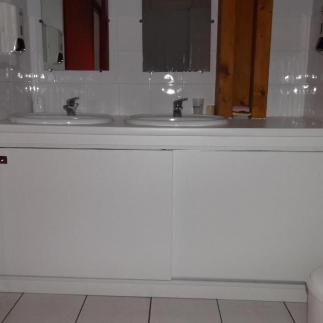 Agencement d'un meuble coulissant sous plan vasque