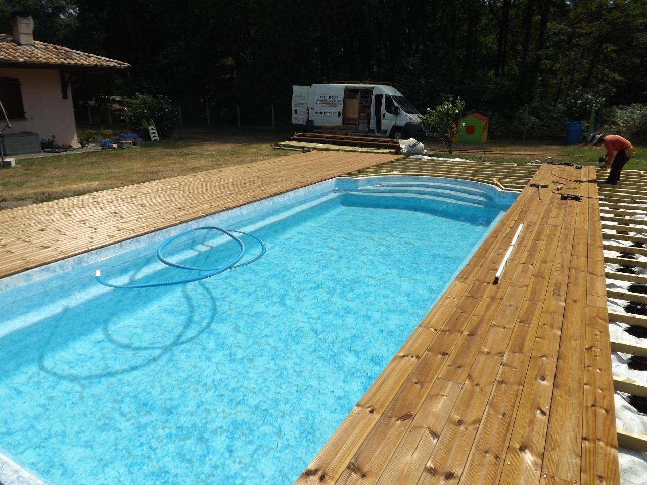Chantier en cours de terrasse piscine avec pin traité brun sur Buglose