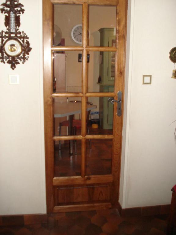 porte en pin vitrée avec petits bois mortaisés sur Pouillon