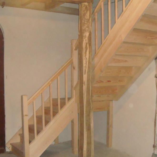 Escalier de grange en pin sur Sorde L'Abaye