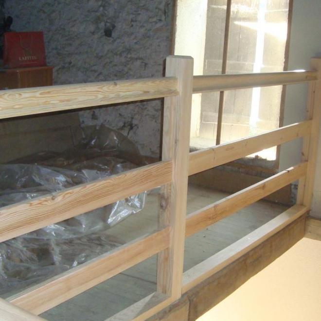 Garde corps  en pin dans un grenier