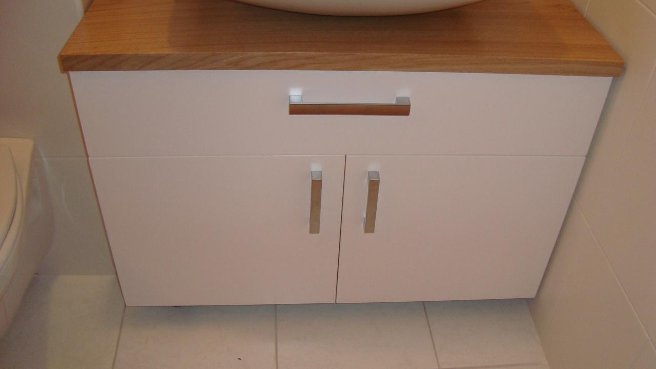 Meuble de salle de bain en médium laqué blanc et plateau chêne