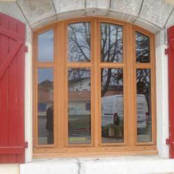 fenêtre cintrée en exotique (mairie de LABATUT)