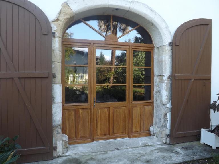 Porte fenêtre en chêne avec imposte en anse de panier