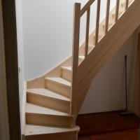 Fabrication et pose d'un escalier en pin radiata sur Léon