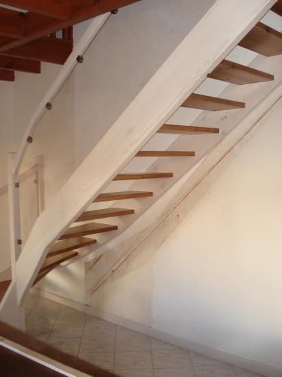 escalier en pin teinté 2 couleurs et garde corps en plexiglas Absolu Bois