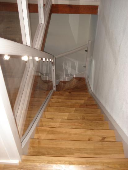 escalier en pin teinté 2 couleurs et garde corps en plexiglass