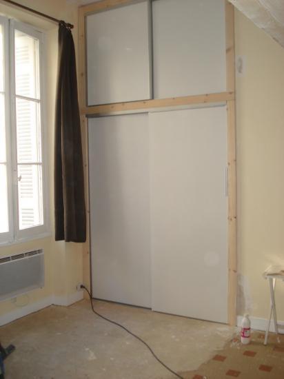 Agencement d'un studio avec pose d'un placard avec portes coulissantes