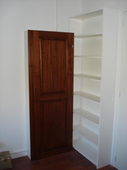 armoire compteur éléctrique avec porte en exotique et agencement étagères en médium laquées blanc