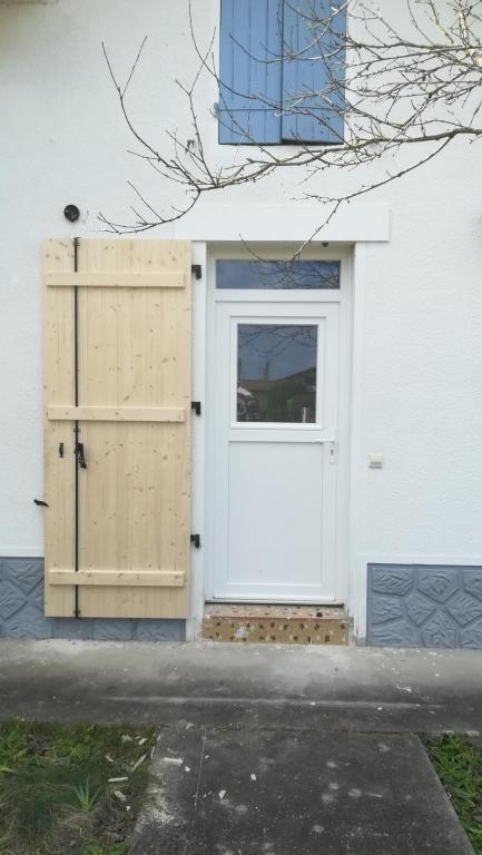 Porte fermière avec soubassement lisse sur Meilhan (modèle Hirondelle de chez SWAO)