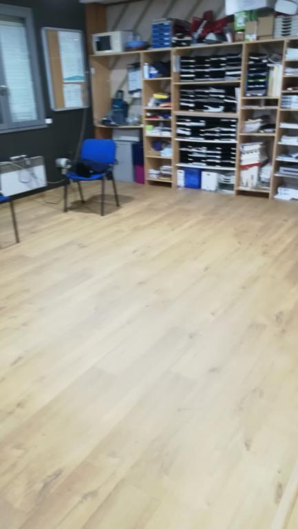 Pose de parquet stratifié dans le showroom DISPANO Labatut