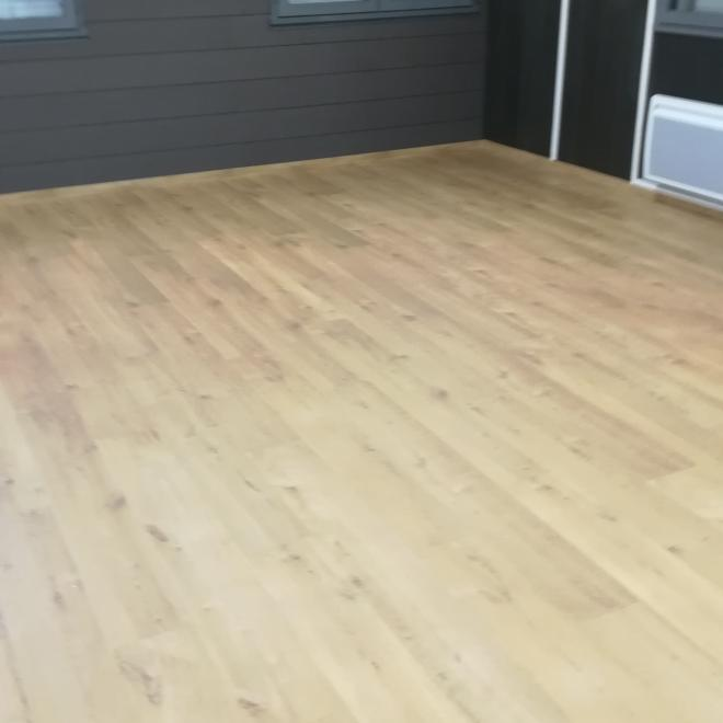 Pose de parquet stratifié dans le showroom DISPANO Labatut