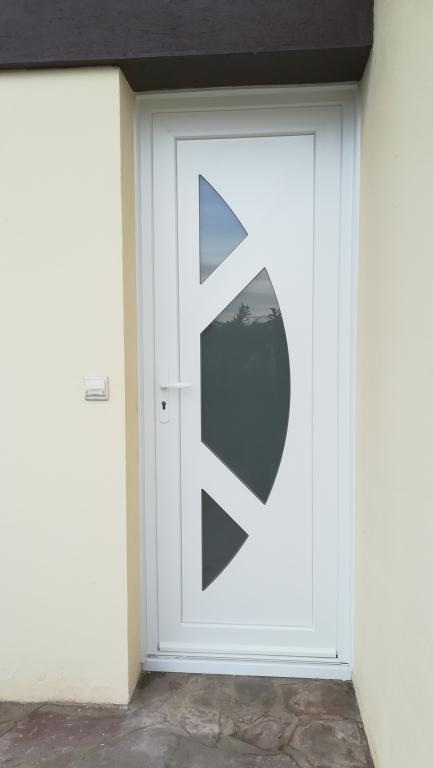 Pose d'une porte d'entrée modèle Cyclone de chez SWAO par Absolu Bois Menuiserie