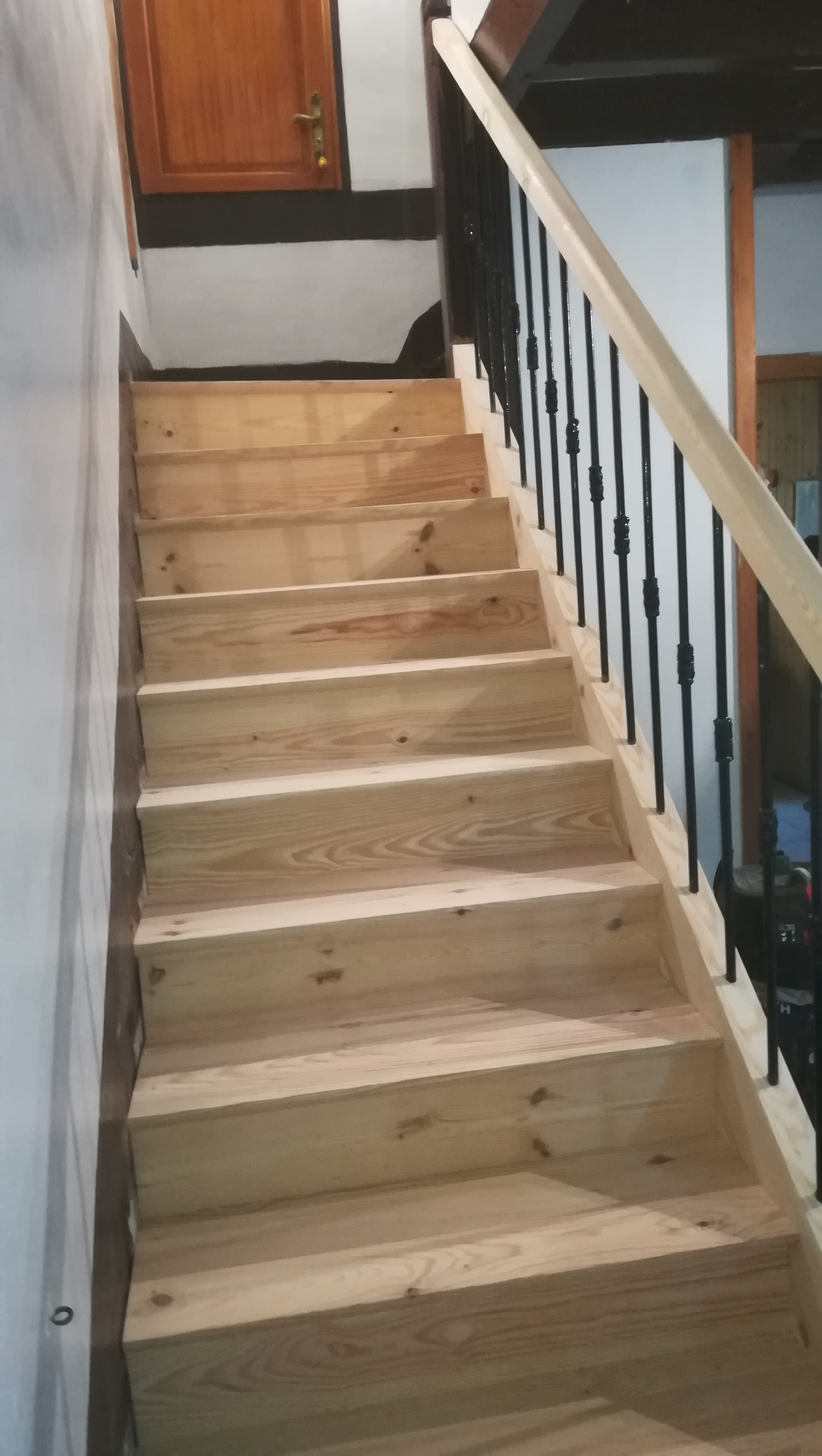 Escalier droit pin sur Labatut - Absolu Bois Menuiserie