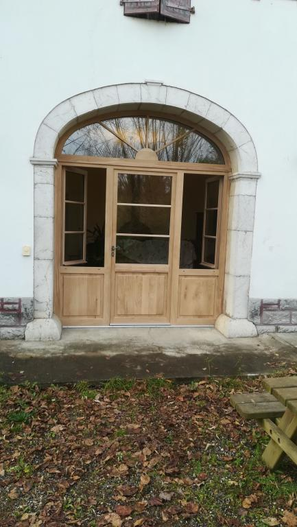 Porte d'entrée en chêne avec imposte en anse de panier par Absolu bois menuiserie