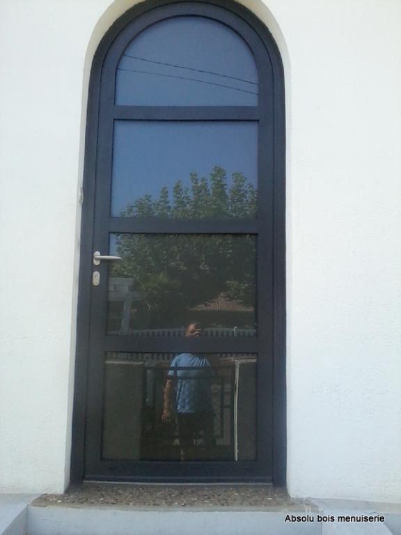 Porte d'entrée cintrée modèle CIRUS en Alu ral 7016 de chez SWAO